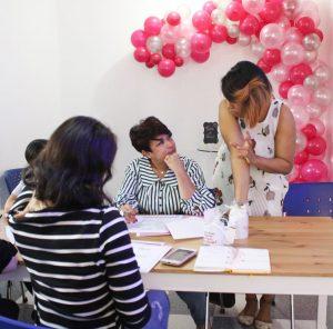 sesión de trabajo con emprendedoras en taller